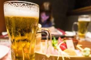 お酒の飲み過ぎで老化する!アルコールが肌に与え …